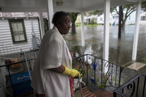 Ammie McKnight watches the level of floodwaters in the front yard of her Orange Street home in Georgetown, South Carolina October 4, 2015. REUTERS/Randall Hill