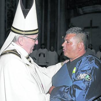 Sergio Sánchez, a cartonero with MTE movement, with Pope Francisco. Courtesy: MTE.