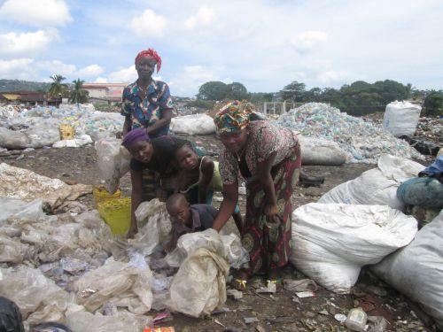 SL-WPs trabajando en el vertedero de Kingtom al oeste de Freetown.