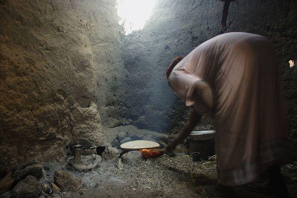 Manasir Woman preparing Qurasah (قراصة), the daily bread on Sherari Island in Dar al-Manasir in Northern Sudan(c) GFDL David Haberlah