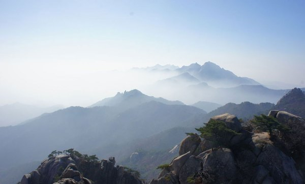 Mount Bukhansan (북한산) seen from Shinseondae (신선대) Peak observation area. Photo by Kellnerp.