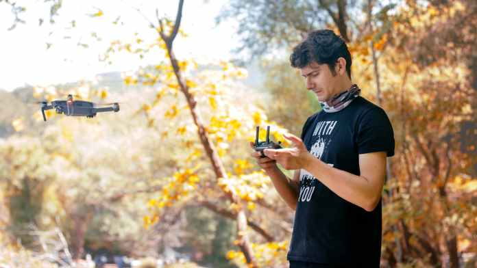 operating-Drone-GlobalTechGadgets