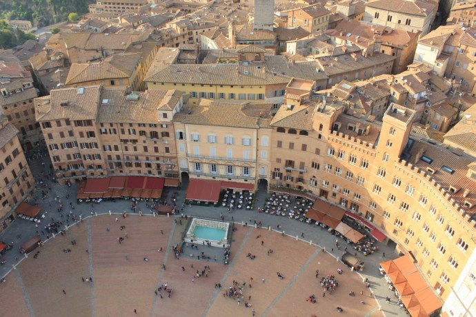 Piazza del Campo is popular with locals and visitors alike