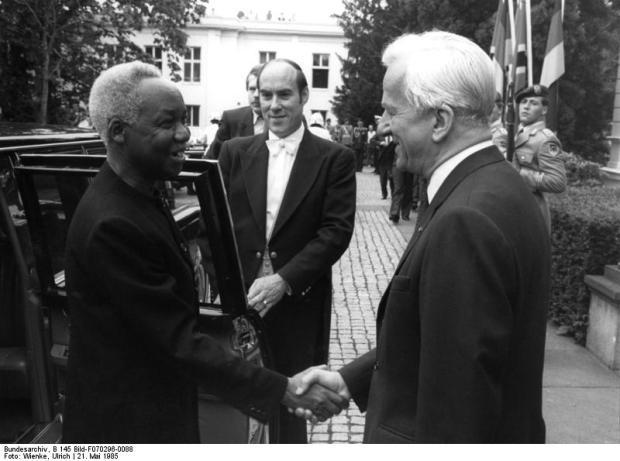Mwalimu Nyerere avec l'ancien président ouest-allemand Richard von Weizsäcker en 1985. photo publiée sous Creative Commons par les Archives fédérales allemandes.