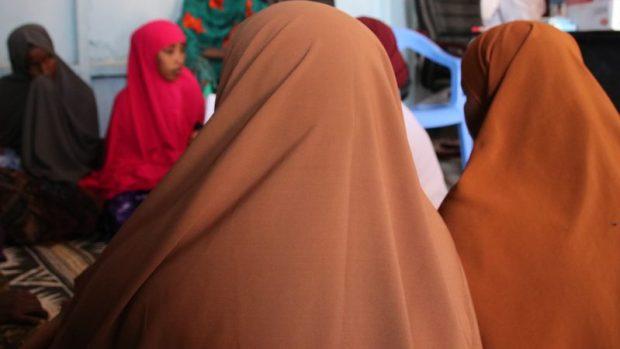 Femmes déplacées internes au camp de Madina. Photo par Faaris Adam