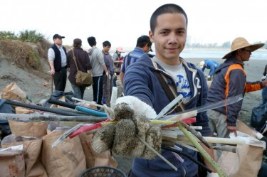 Daniel helped to collect rubbish along the coastline of Tainan in 2011. Image from Rui-Kuang Huang's Facebook.