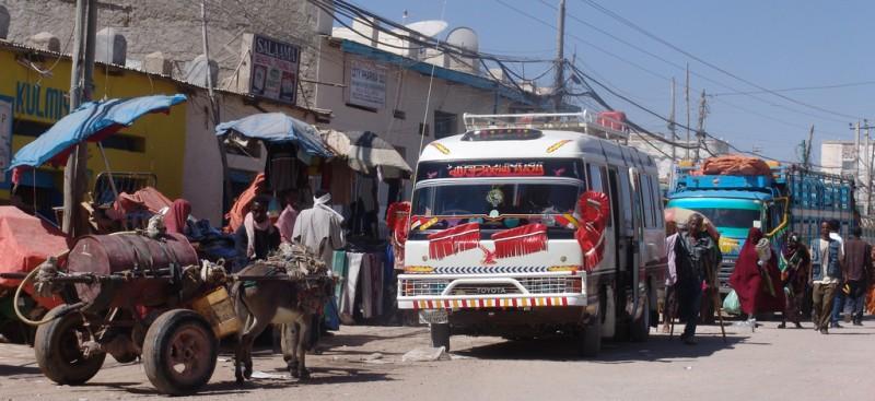 Des bus à Hargeisa, Woqooyi Galbeed, Somalia. Photo de l'utilisateur de Flickr Charles Roffey. CC BY-NC-SA 2.0