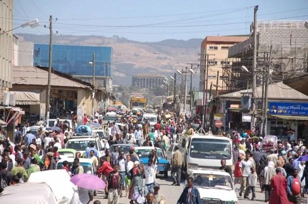Une foule dans une rue d'Addis Ababa. Photo de Sam Effron via Wikimedia (CC BY-SA 2.0)