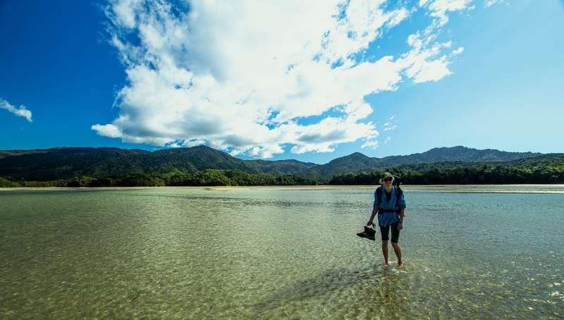 Traversée de rivière en randonnée sur l'île du Sud en Nouvelle Zélande