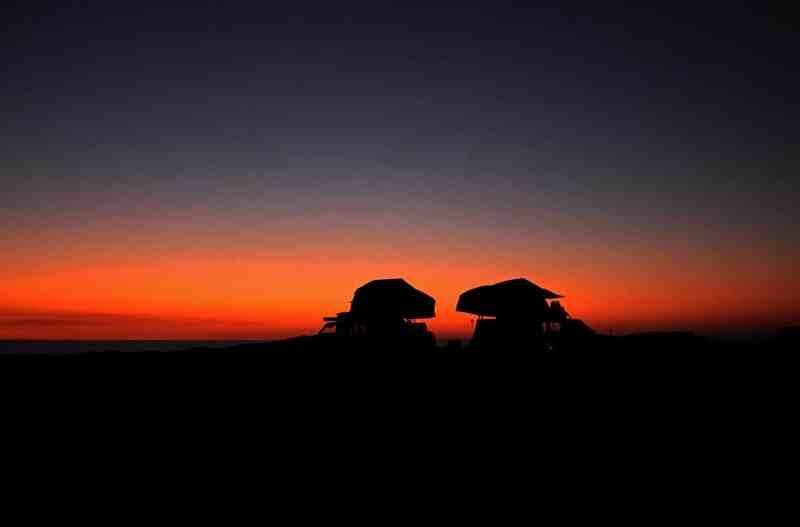 4x4 en Australie avec tente de toit au coucher du soleil