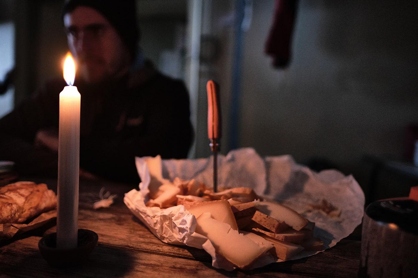 Fromage et bougie dans le refuge