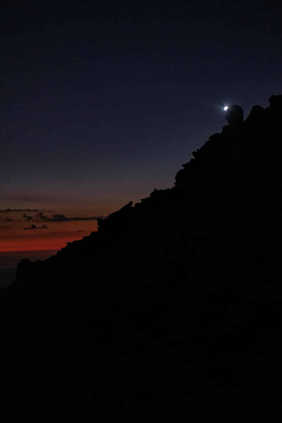 Approche du sommet du pic du Canigou de nuit