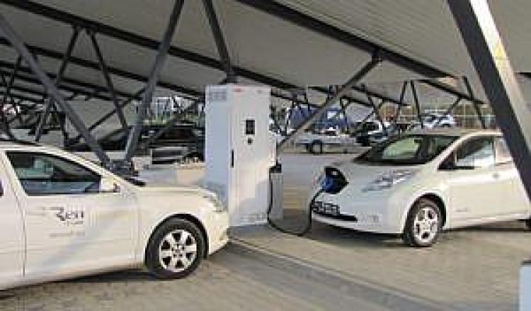 Samochody podczas ładowania w Centrum PAN KEZO