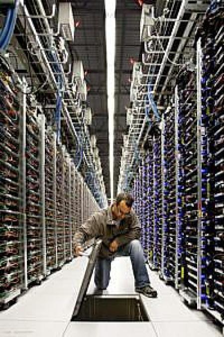 Patrick Davillier dokonującye inspekcji rur chłodniczych zlokalizowanych pod podłogą centrum, źródło: Google Data Centers