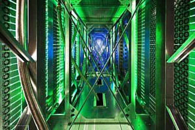 Wiatraki zawracające ciepłe powietrze w alei za szafami serwerowymi