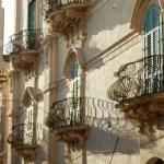 Balcons ouvragés en fer forgé à Noto