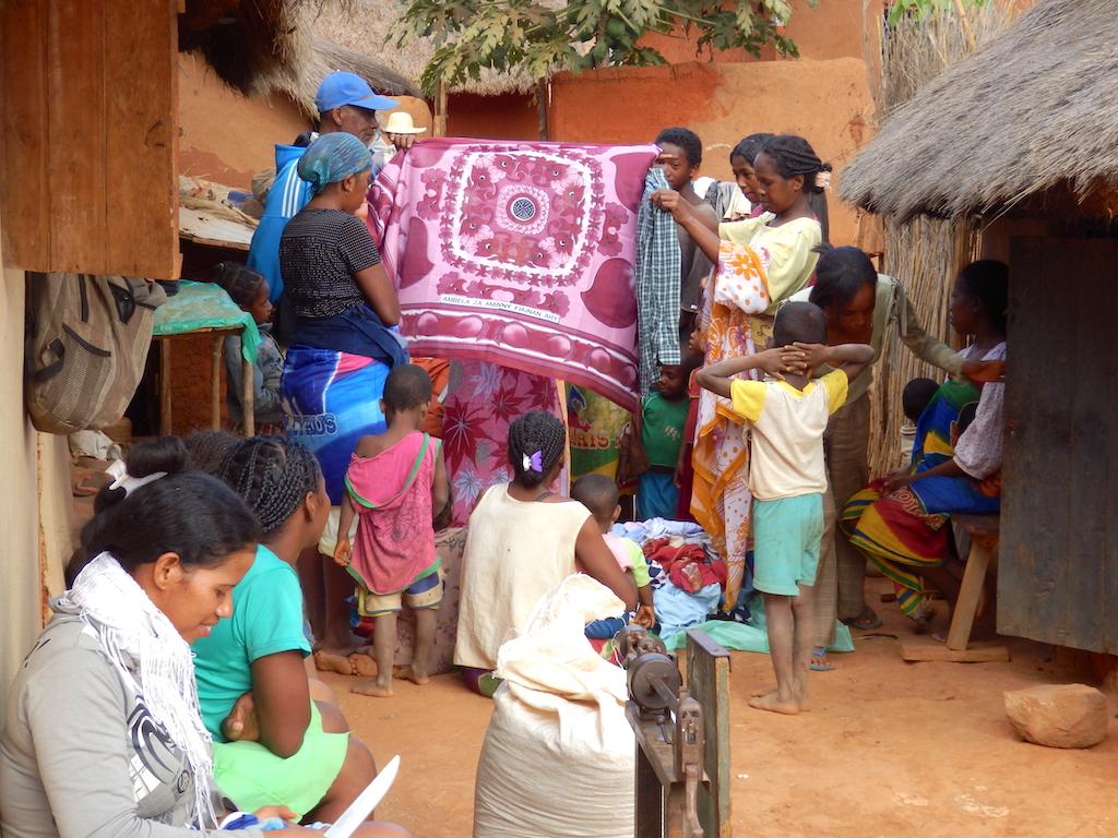 Madagascar - village de Tsaranoro, jour de vaccination des troupeaux, un marchand de tissus ambulant en profite