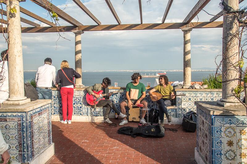 Lisbonne - ambiance bohème au mirador de Santa Catarina