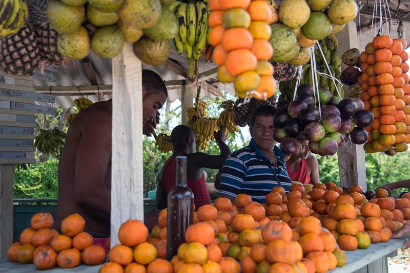 Cuba - vente de fruits sur la route entre Santiago et Baracoa