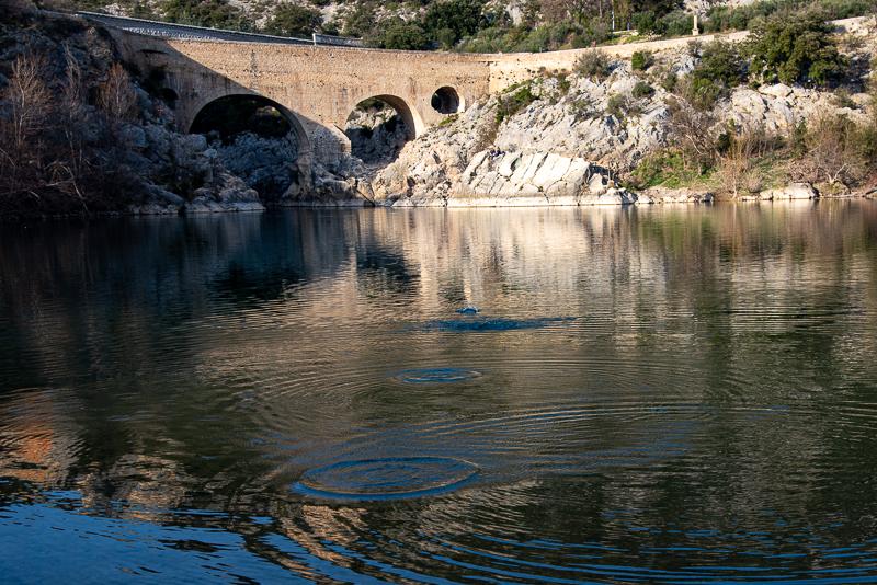 Ricochets sur l'Hérault au pied du pont du diable