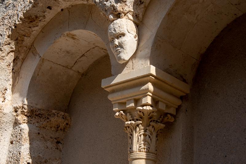Saint Guilhem le désert, sculpture sur une maison de la rue principale