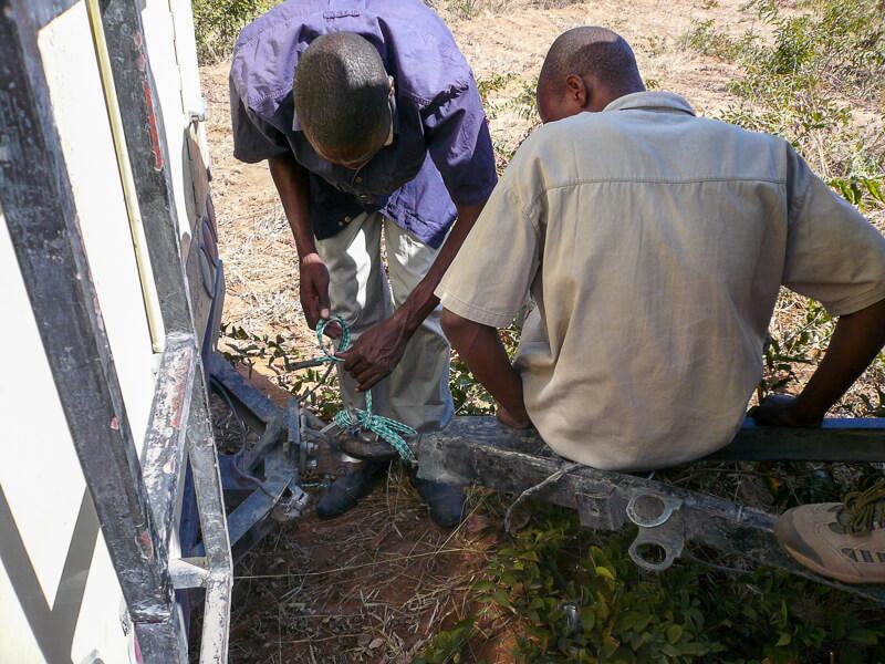 Afrique australe - Botswana. un brelage va consolider l'attache de la remorque système