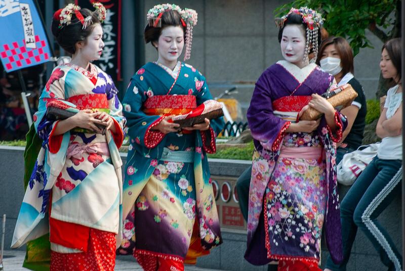 Japon, Tokyo - Gheshas ou jeunes femmes posant en geishas