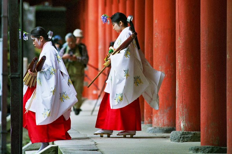 Japon, Nara - nonnes du sanctuaire shintô Kasuga Taisha