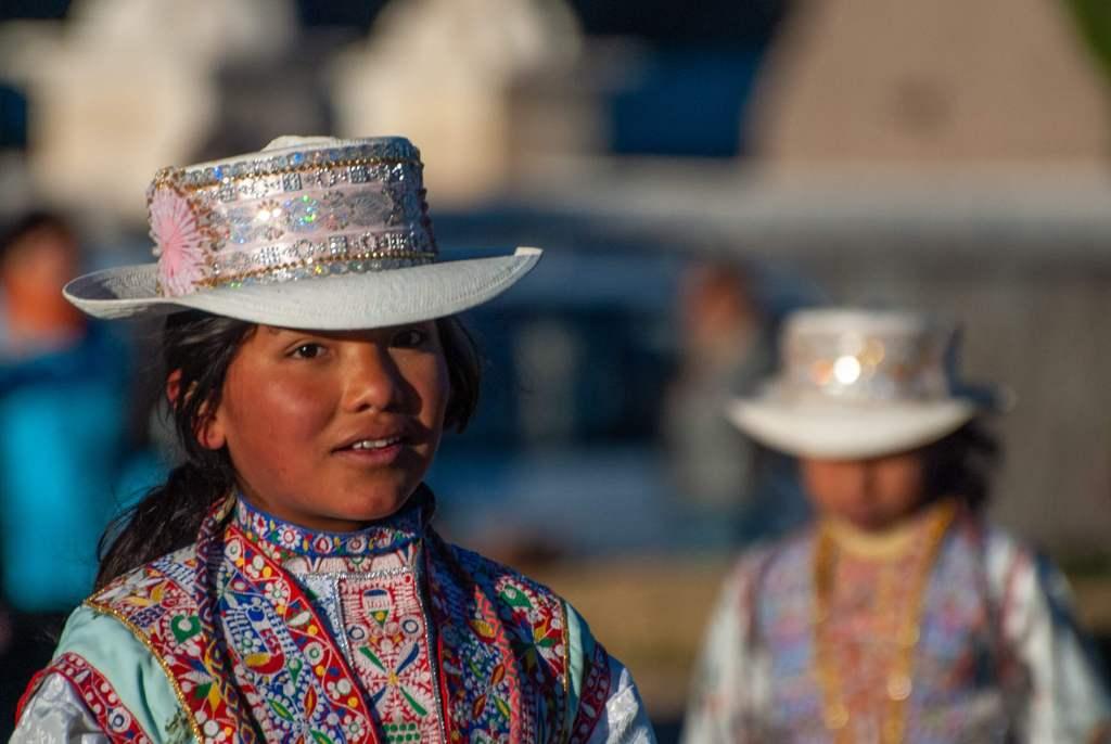 Pérou, Chivay - Danses matinales par les élèves de l'école de Yanque pour financer un voyage scolaire