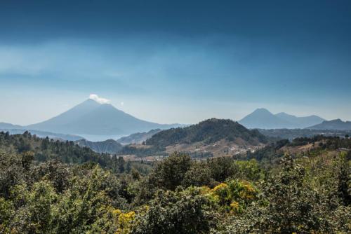 Vue sur le lac Atitlan et les volcans