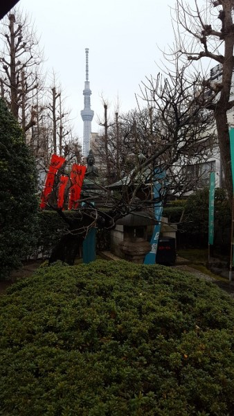 A side shrine: modernity in the background