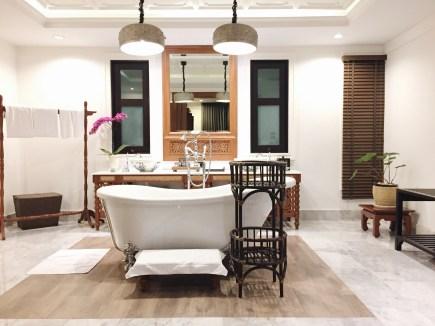 Who wouldn't want a bath in this amazing bathtub?