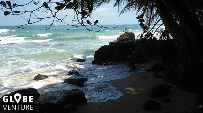 Versteckt sich vielleicht hinter diesem Felsen der red Frog Beach?
