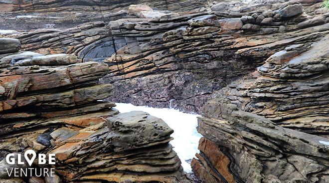 Bizarre Felsen ragen aus dem Wasser