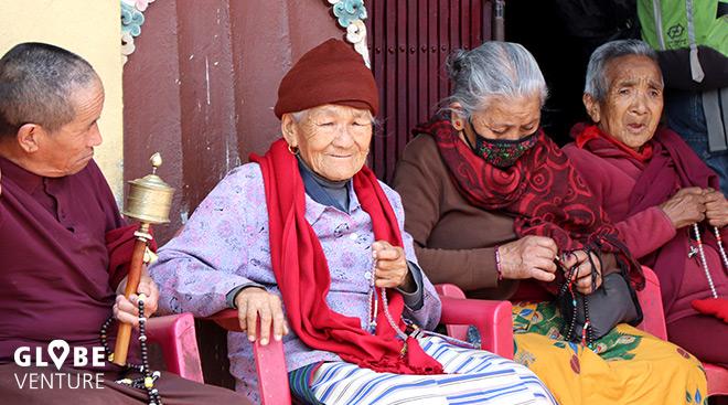 Pilger sitzen vor dem Kloster Boudanth