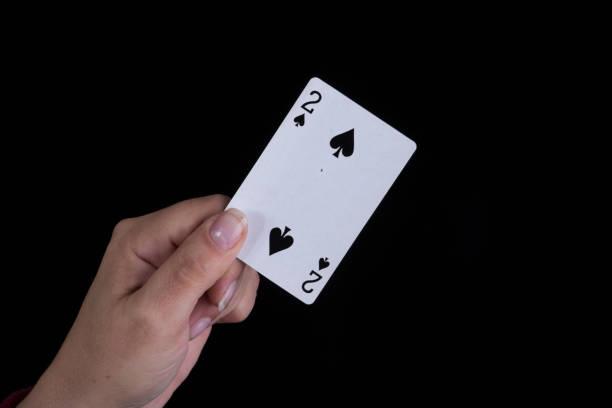 Qual é o significado da carta de tarô Dois de Espadas?