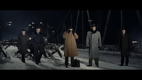 Tom Hanks sur le pont de Spielberg,   Eve Hewson Amy Ryan Alan Alda