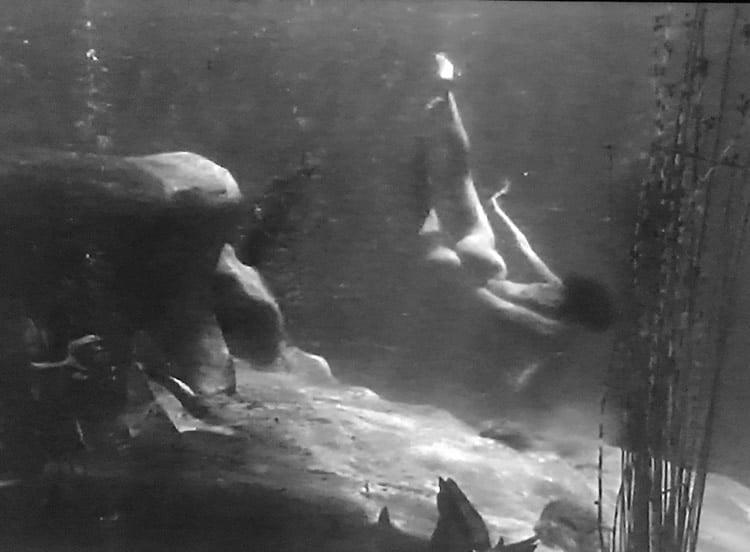 Jane nue sous l'eau