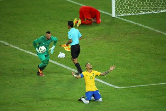 2016 Rio Olympics - Soccer - Final - Men's Football Tournament Gold Medal Match Brazil vs Germany - Maracana - Rio de Janeiro, Brazil - 20/08/2016. Neymar (BRA) of Brazil celebrates with goalkeeper Weverton (BRA) of Brazil after they won the penalty shootout and the gold medal. REUTERS/Murad Sezer