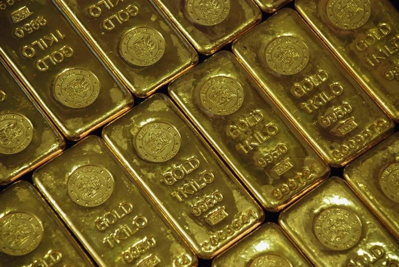 © Reuters.  Gold eases slightly in early Asia