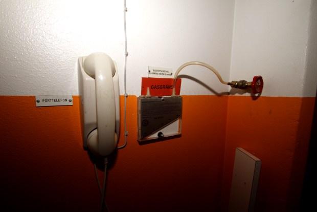 En närmare bild på porttelefonen och övertrycksmätaren inne i anläggningen. En mätare är viktigt att ha då den mäter trycket i anläggningen och det måste vara större tryck inne i anläggningen än utanför med anledning för att kunna hålla gaser och annat ute.