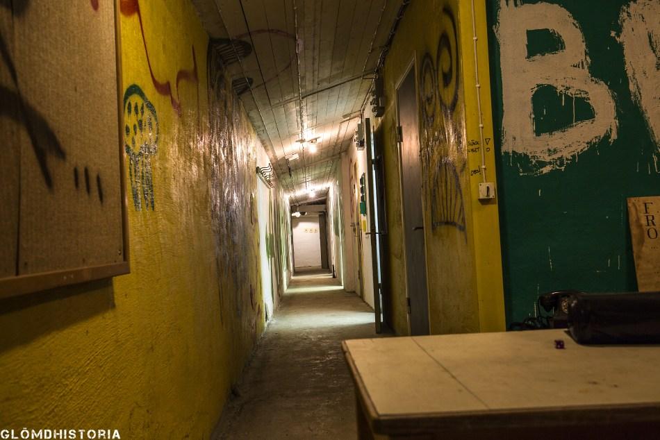 korridor med ett flertal rum längs sidan. Belysning och avfuktning påslaget. Men så har det inte alltid varit då ventilationen gick sönder under en period och möglet började växa.