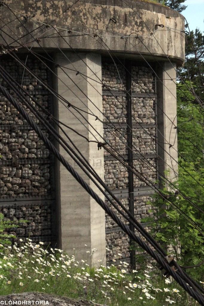 Och vajrar finns monterade som skulle kamouflera anläggningen från luften. På toppen av tornet har man gräs för ett mer naturligt utseende.