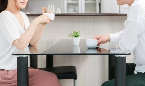 コーヒーを飲む夫婦の画像