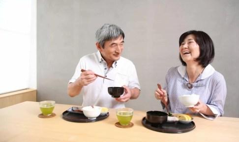 食事をする夫婦の画像