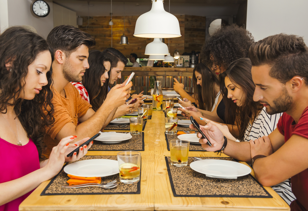 What's UP with the Smartphone Use at the Table?