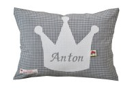 Namenskissen mit Krone auf grauem Vichykaro in der Vorderansicht