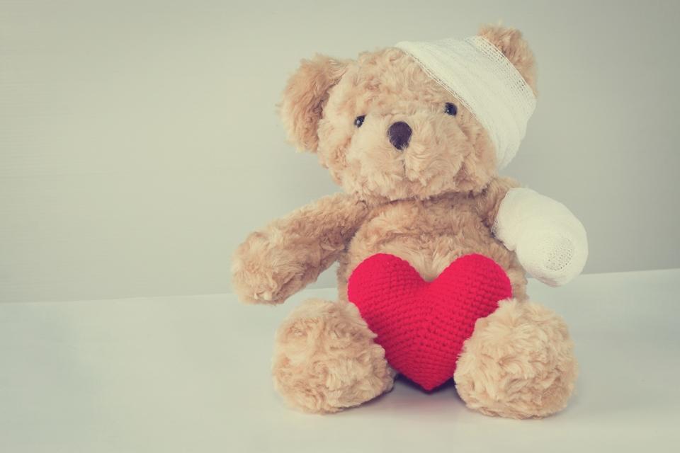 Kinder trösten mit einem Teddybär und ganz viel Liebe