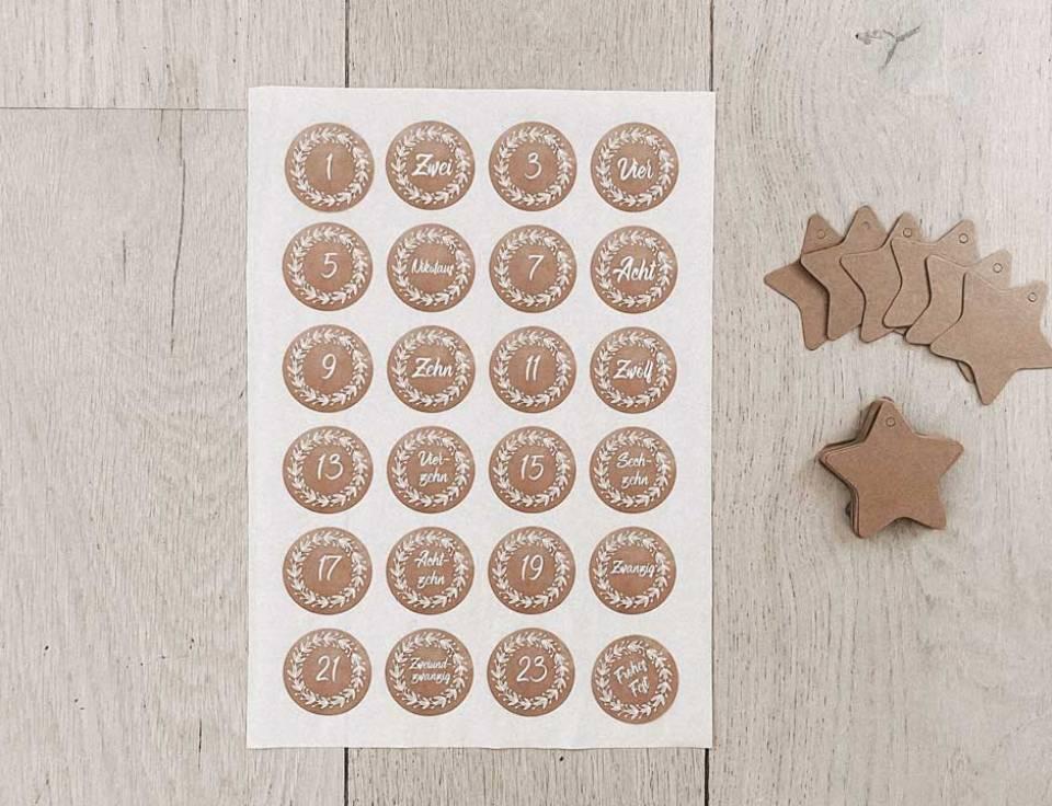 Pappanhaenger und Zahlenaufkleber zum Basteln eines Adventskalenders