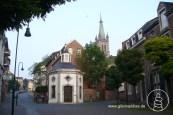 Unterhalb der Jakobskirche in der Aachener Innenstadt steht dies barocke Marienheiligtum, bekannt als Roskapellchen.